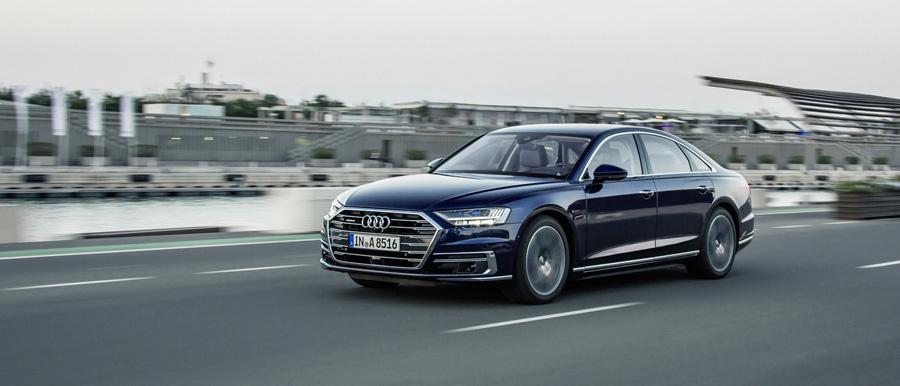 Une Audi A8 sur la route