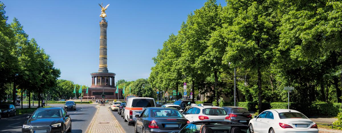 La circulation à Berlin, chassé-croisé de Mercedes et d'Audi
